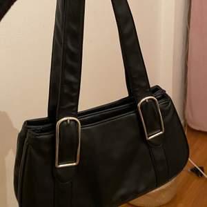 Jätte fint svart väska.