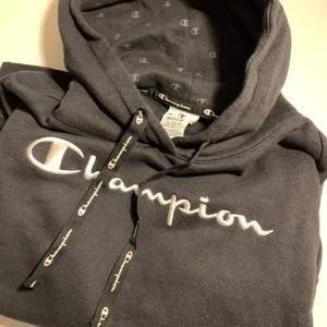 Svart Champion hoodie i storlek M, men passar mer som en S. Nyskick. 200 kr + frakt