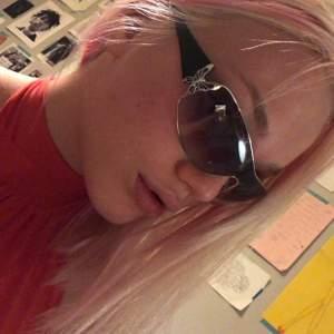 Solglasögon köpta på secondhand i sommras men aldrig använda💜 dem är i fint skick med fjärilar på sidorna. Ni kan skriva till mig privat om ni har frågor och budgivning sker i kommentarerna. 🦋 avslutas söndag 10/1 kl 22