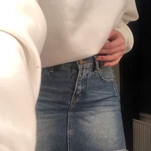 En jättefin jeanskjol men som tyvärr har blivit för liten för mig. Frakt ingår i priset.