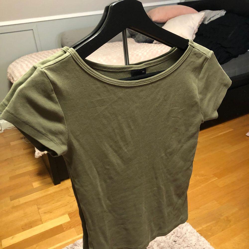Knappt använd och i superskick! XS men stretchig så passar även S.  40kr + frakt . T-shirts.
