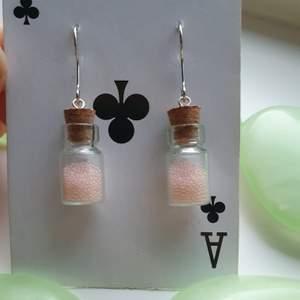 har gjort dessa supergulliga örhängena av små glasburkar med rosa små pärlor, lätta på öronen. skriv vid frågor eller intresse♡