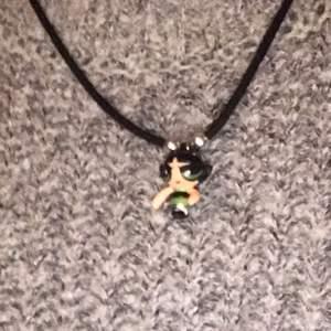 Super gulligt halsband, köpt hos en loppis! Den är i väldigt bra skick och har knappt användts. Köparen står för frakt! Goodies inkluderat <3