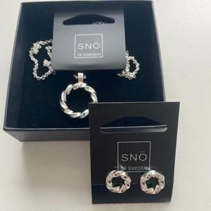 Säljer helt nyinköpta smycken från Snö. De är i silver och har det lyster som oanvända smycken har. Halsbandet är köpt för 299 kr, men jag säljer det för 149 kr. Örhängena är köpta för 249, men säljs för 99 kr. Båda smyckena kan köpas för 200 kr. Köparen står för frakt.