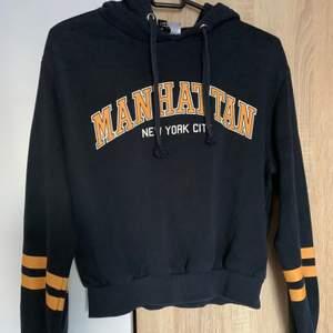 En mörkblå lite croppad hoodie från H&M i strl s. Mjuk insida. Skriv vid frågor/fler bilder:)  Köpare står för fraktkostnad♥️