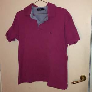 En siris rosa Tommy hilfiger tröja. Skriv om du har frågor