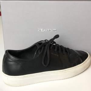 SE HIT!! Ett par supersnygga Arigato Cap Toe Sneakers i svart läder! Inköpta i Stockholm & väldigt sparsamt använda! Hittar ej exakt denna modell på hemsidan, men vill minnas att nypris var 1750 kr. Jag sparar på allt, så även kartong, dust bag osv. som man fick vid köpet. Skriv gärna om ni har frågor! Köparen står för frakt! 🌟