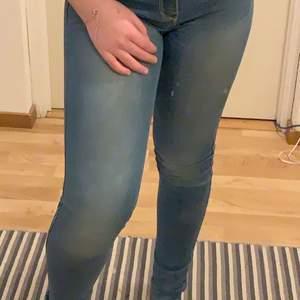 Lågmidjade blåa jeans från hollister i en xs skulle jag säga.