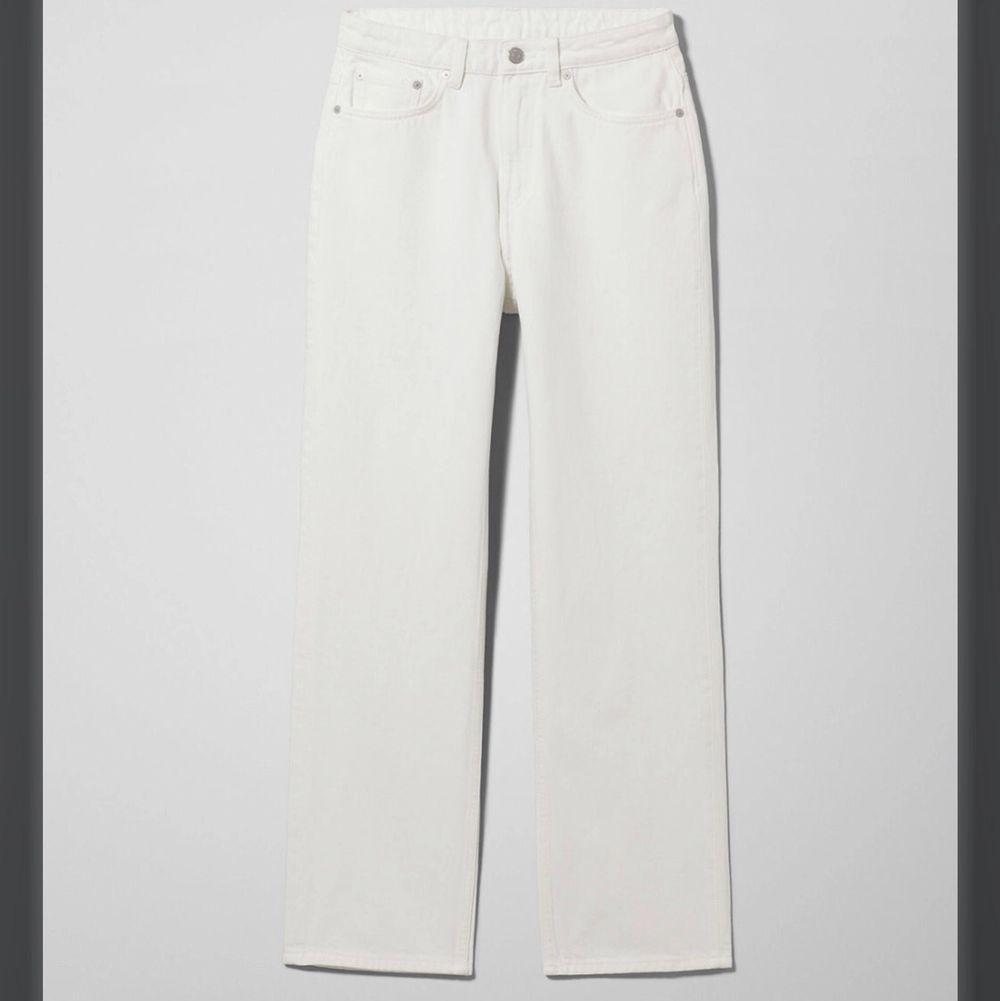"""Vita """"voyage"""" weekdayjeans. W - 28 (midjan ) och L - 32 (benläng). Skulle säga S/M. Nypris 400-500 kr.💛 *Lånad bild. Köparen står för frakt - 66 kr 💕. Jeans & Byxor."""