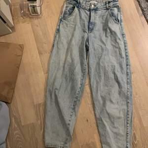 """Säljer dessa """"ballong"""" jeansen från H&M då de är för korta (är 173cm)💙 Byxorna är i mycket bra skick. Hör gärna av dig för fler frågor eller bilder🐬🦋 Köparen står för frakten✉️"""