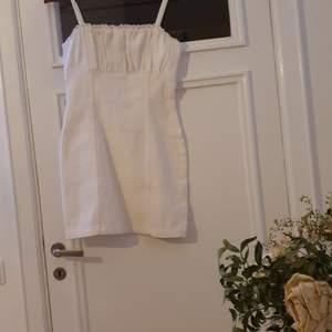 Oanvänd, jätte fin klänning från hm. Endast använd för att prova när jag fick den, men tyvärr inte min stil. Den sitter tajt på och har tjockare tyg.
