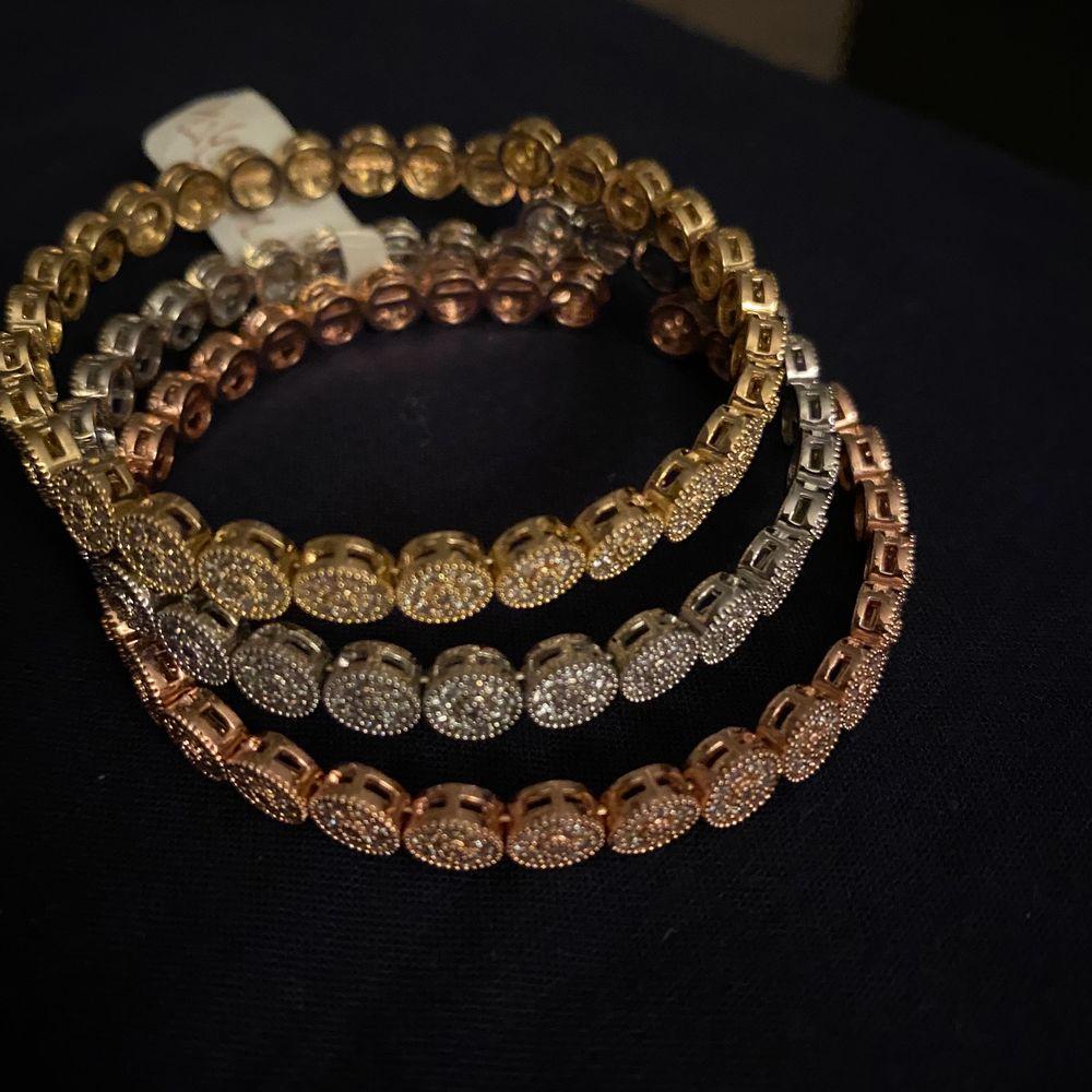 Har aldrig använt armbanden helt nya,21k guldplädering.                                     . Accessoarer.