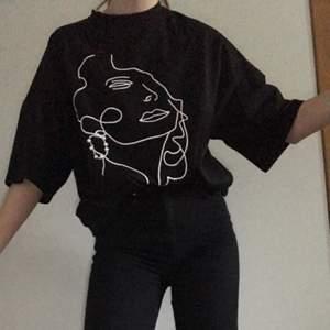 Svart t-shirt med tryck från SHEIN. Säljer för har två likadana.  - Använd en gång. - Storlek XS, men passar säkert större storlekar då tröjan och ärmarna är långa, men hålet till nacken är ganska litet.  - 90 kr + frakt 40 kr