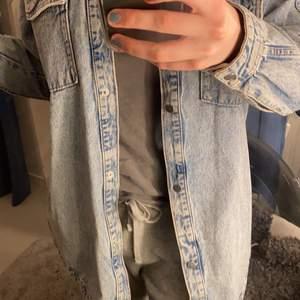 Säljer denna jeans jacka som är lite längre. Knapparna är silvriga och har andvänd ja kan fåtal gånger