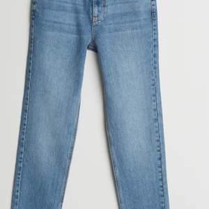 Ljusblåa jeans (lite ljusare än på bilderna) från Gina Tricot och Nicki studios i storlek 34. Längden är jättebra på mig som är 177 och sitter allmänt bra. Lite stora i midjan på mig men jag är ganska smal. (Lånade bilder, kan ta egna om det önskas, köparen står för frakten:)
