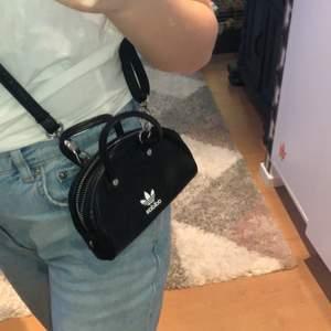 En liten liten Adidas väska som är såååå gullig :)) nästan aldrig använd och sååå bra skick :) buda från 119kr, jag uppdaterar här när det blir ett högre pris