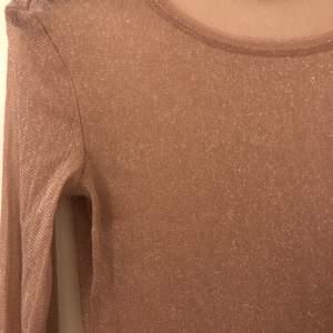 Rosa glittrig tröja från Gina tricot. Perfekt till fest. Använd fåtal gånger kommer knappast till användning längre.