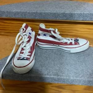 Mycket fina convers skor som är använda ett väldigt fåtal gånger. Mycket fint skick och mycket fina.
