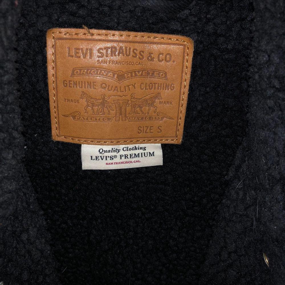 Sitter bra. Jeansjacka som funkar på vintern/våren/hösten. Ull/bomull inuti. Använd ett fåtal gånger och är i nyskick. Nypris:1600kr köpare står för frakt. Passar även om man har M.. Jackor.