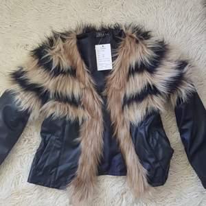 Helt oanvänd fake läder och päls jacka med lappen kvar. Köpt utomlands dock inte säker vilket språk det är:p Möts i Stockholm eller fraktar