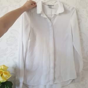 Skjorta/blus i skönt material! Fraktas snabbt och enkelt! 🥰