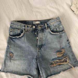 Jättefina jeans shorts med slitningar som tyvärr blivit för små för mig, sparsamt använda.