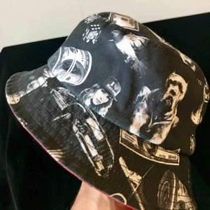 En Bucket-hat man kan vända ut och in för ändrat mönster :)
