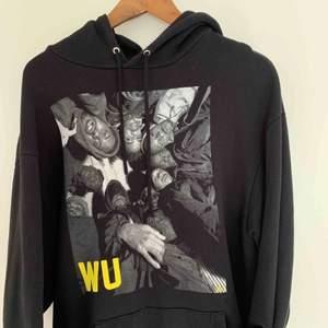 Bra kvalité och riktigt mysig. Oversized wu-tang hoodie från hiphop legends köpt på carlings för 800kr!