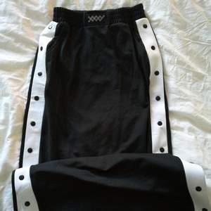 Lång maxi kjol med snap knappar på sidorna! Super snygg på sommaren uppknäppt! Oanvänd!