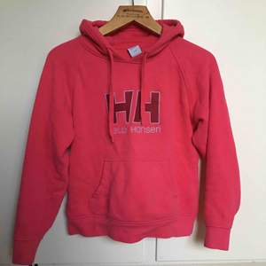 Fin och mysig hoodie från Helly Hansen. Använd 2-3 gånger, som ny. Säljer eftersom jag inte använder den. Nypris 450kr . Köparen står för frakt