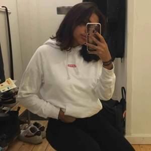 Skitsnygg Levi'S hoodie köpt på Nelly.com för drygt två månader sedan. Använd 3-4 ggr. Jag är i storlek S men denna passar jättebra ändå och är inte supertight, lagom enligt mig. Fraktkostnad tillkommer😊
