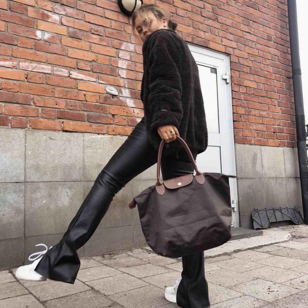 Slutsålda skinnbyxor (imitation) . Jeans & Byxor.