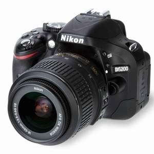 """Nikon D520"""". Köpt för 5000 men den kommer aldrig till användning så därför jag säljer den. Kamera skydd väska  ingår i priset + laddare , priset går o diskutera"""