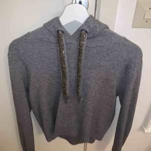 En ASCOOL hoodie från Zara. Modellen är lite croppad men inte så att man visar magen☺️ den är använd en gång i endast en timme typ så den är som ny. Köptes för 399 storlek medium men jag ör en xs och den passar även mig