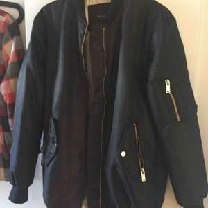Snygg längre bombarjacka från Zara, lite oversize. Längre baktill. Säljes pga den är för stor för mig. Fraktas mot 80kr