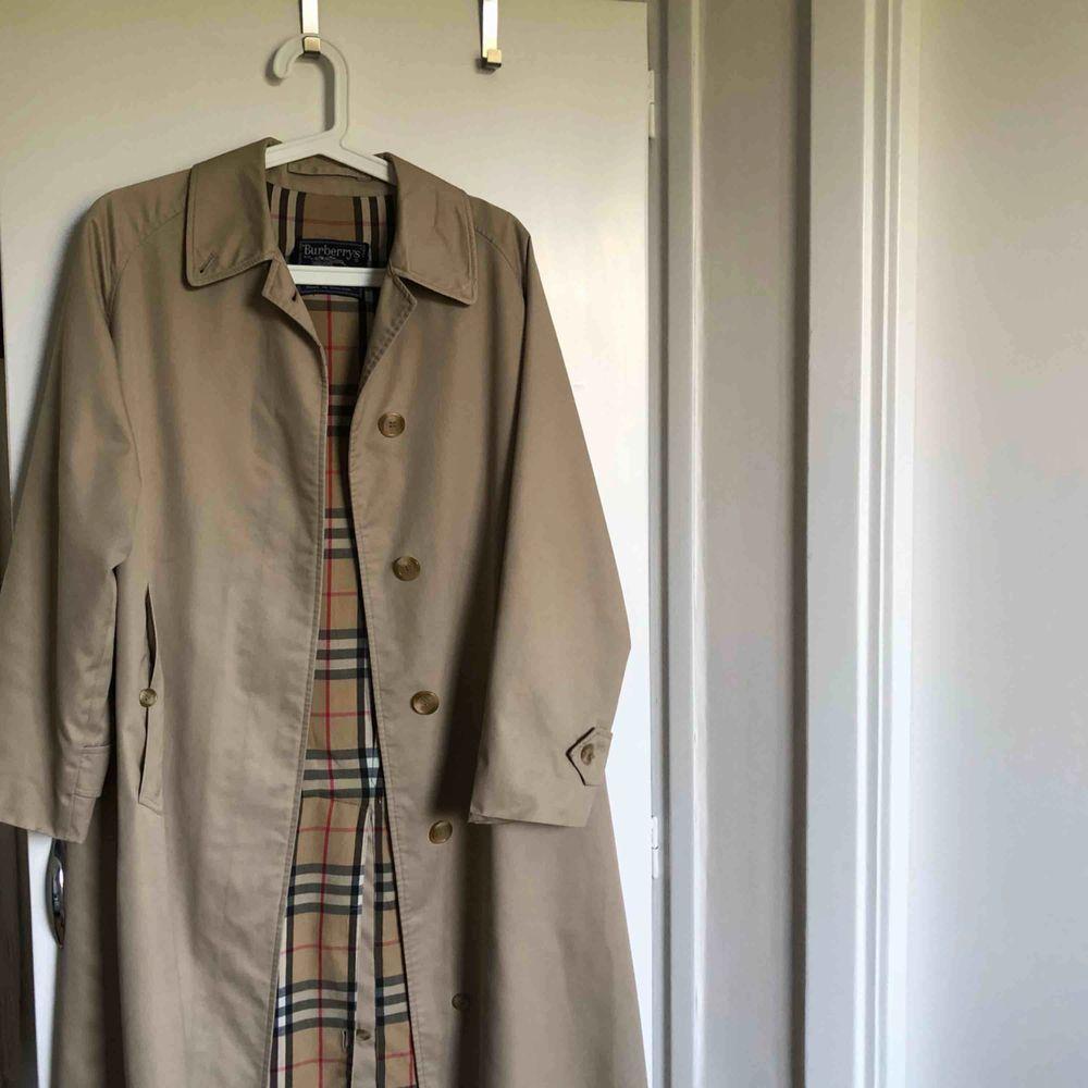 ÄKTA burberry kappa, köpt second hand för 1500, därav priset. Hittar ingen storlek men sitter jättebra på mig som är 1,65 och har vanligtvis S i kläder. Perfekt för nu till hösten:). Jackor.