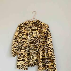Snygg, tunn, halvt genomskinlig tigerrandig tröja som är lite loose-fit. Väldigt snygg och passar till många tillfällen😍🐯  Jag kan både mötas upp eller skicka💌🤗