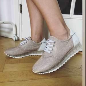 Glittriga sneakers. Använda en gång.
