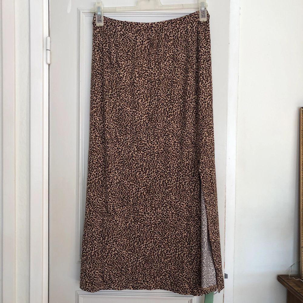 En lång kjol i leopardmönster med slits🐆 oanvänd😊 Kan mötas upp annars står köparen för frakten😄. Kjolar.