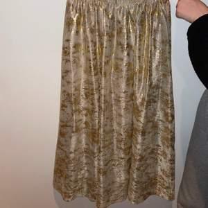 En lång guld/sandfärgad kjol från Meisie. Storlek Medium. Aldrig använd!