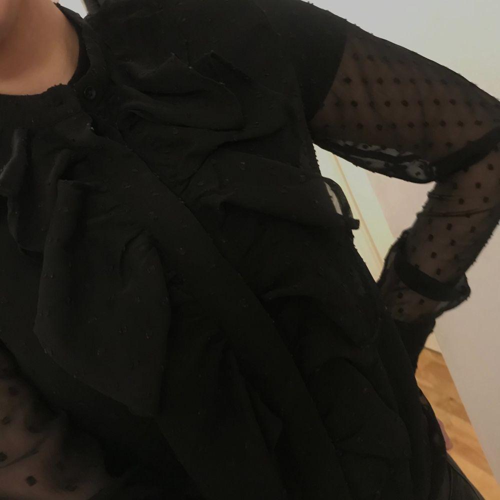 Svart genomskinlig blus i stl 36. Har en svart tröja under på andra bilden, men annars är den genomskinlig även där. Frakt tillkommer 💜. Blusar.