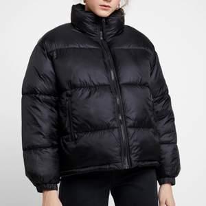 Säljer min svarta puffiga jacka då den inte kommer till användning. Köpte den för ca 2 månader sen och kommer tyvärr inte till användning då det inte riktigt är min stil. Jag köpte den för 799kr men kommer att sälja den för 350kr. Jag har S i vanliga fall på kläder men denna jackan är i M, den är lite oversize💕 Frakt ingår ej!