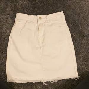 Säljer en vit kjol i storlek 36 ifrån &Denim eftersom den har blivit för liten för mig, skriv gärna vid intresse💕