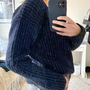 Säljer denna tröja från & other storys i blå glittrig. Super fin till vardags eller fest!! Storlek Xs men passar från      xs-s/m skulle jag säga!