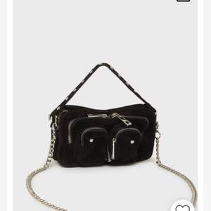 Jättefin väska från NuNoo i modellen Helena New Suede. Tyckt om och använt en del men är i mycket fint skick. Endast metallen på spännena som syns på bilden som oxiderat lite.  Perfekt storlek att ha på sig hela tiden där man får plats med mobil med mera💛