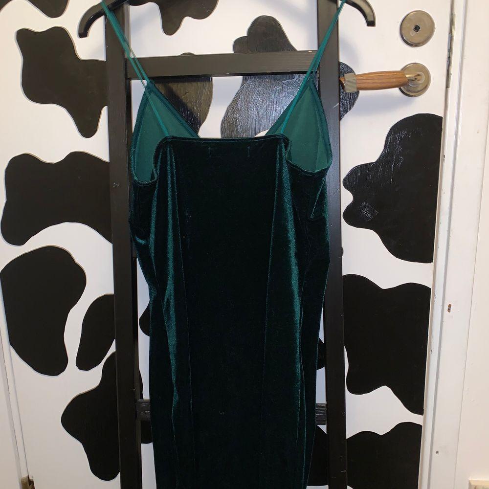 fin sammets klänning. väldigt bra kvalitet. storlek s och sitter bra. ifrån bikbok. frakt tillkommer på 48kr. 💗💗💞. Klänningar.