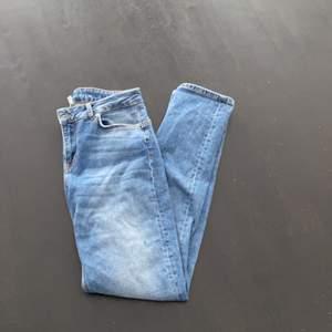 Aldrig använda raka supersnygga jeans från Denim Hunter. Passar strlk 36-38. Köpta nyligen för 800kr