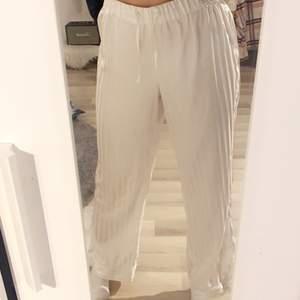Säljer dessa pyjamas byxor då de aldrig kommer till användning. Skicket är mycket bra och är i storlek S✨🤍⭐️