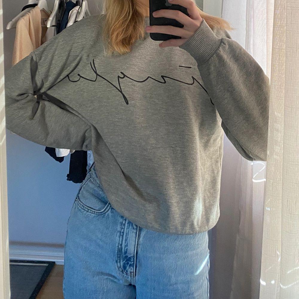 """Denna tröjan är i bra skick och har ett svart motiv """"single"""" på den :). Huvtröjor & Träningströjor."""