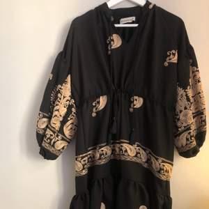 Fantastisk klänning köpt på bali. Handgjord. Passar mig som har storlek 36. Använd en gång som nyskick